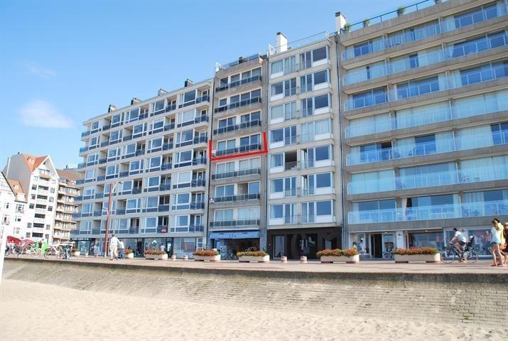 Appartement gelegen op de Zeedijk in het Zoute, op enkele passen van het Albertplein, met een uitzonderlijke brede gevel van...