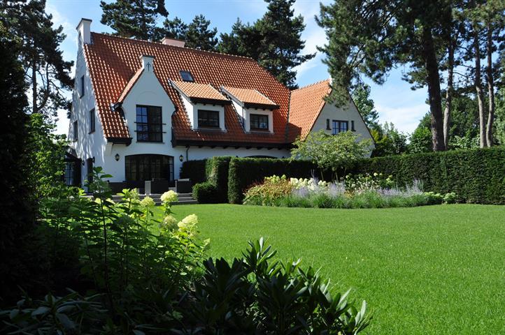 Mooie alleenstaande villa, volledig gerenoveerd in 2012, uiterst rustig gelegen langsheen een romantisch plein in het Zoute,...