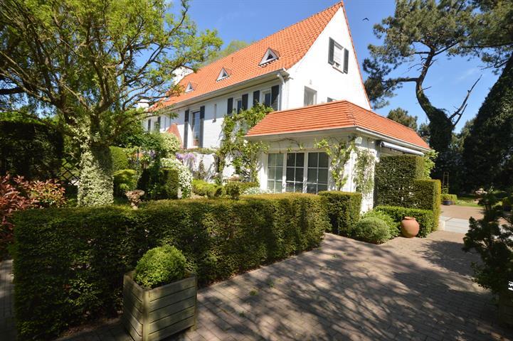Ruim alleenstaande villa, zeer rustig gelegen te Knokke Zoute, op een groot terrein van 1.855 m², aan de golfbanen! Indeling...