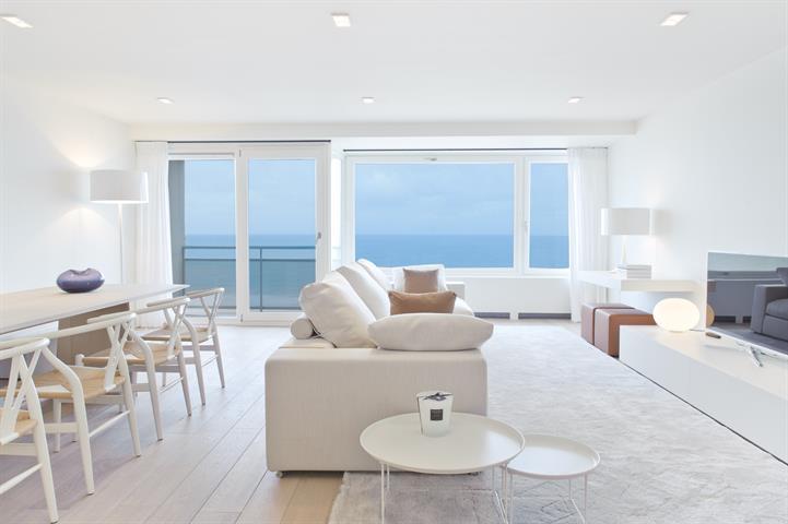 Subliem appartement in hedendaagse stijl, genietend van een frontaal zeezicht en gelegen in een mythische residentie op de Ze...