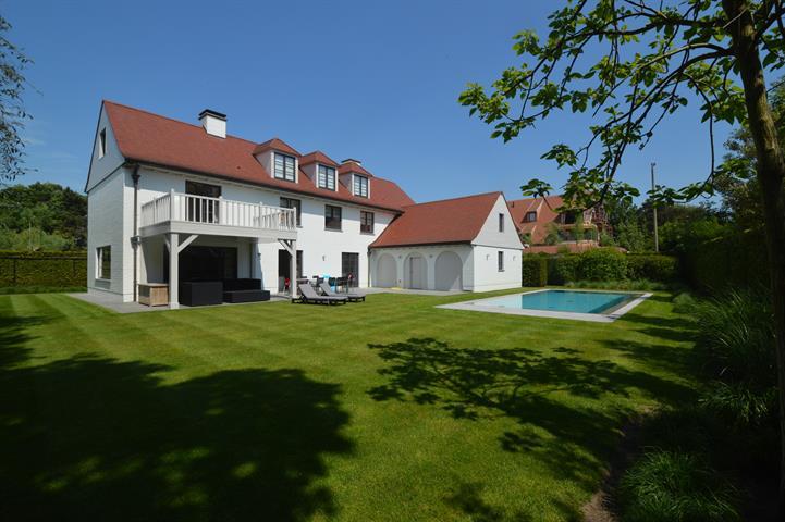 Zeer mooie alleenstaande villa, volledig en luxueus gerenoveerd, prachtig gelegen in een rustige buurt, aan de Royal Zoute Te...