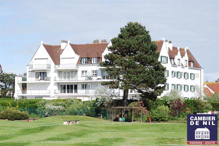 Uitzonderlijk en volledig geronveerd hoekappartement met uniek zicht op de approach golf, gelegen naast de Royal Zoute Tennis...