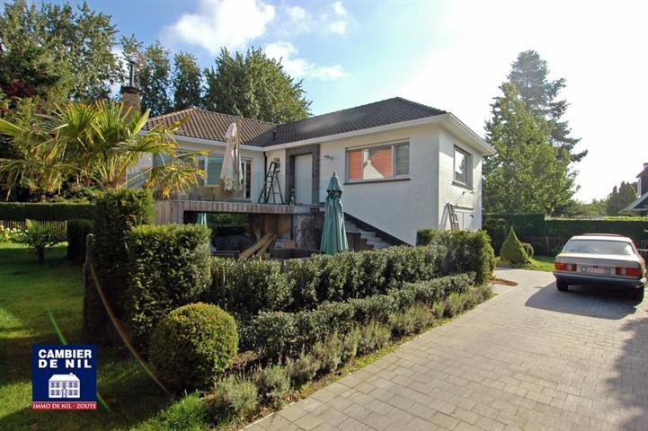 Alleenstaande villa, rustig gelegen op een terrein van 624 m², in 2de lijn, te Knokke-Zoute, tussen het Keuvelhoekpleintje en...