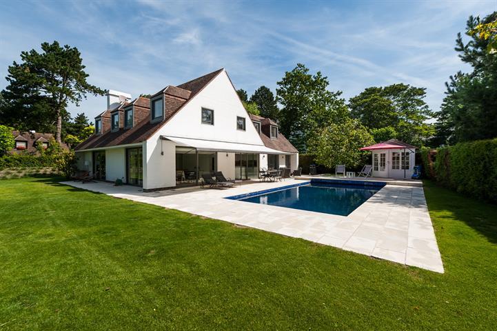 Gerenoveerde hedendaagse villa, prachtig en rustig gelegen in een private dreef in het Zoute, op enkele stappen van de Royal...