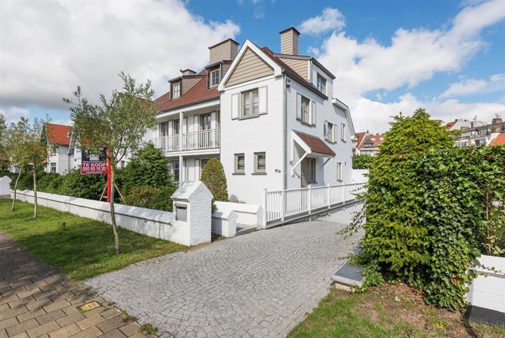 EXCLUSIEF TE KOOP: Prachtige recente koppelvilla  ( bouwjaar 2006)  ideaal gelegen nabij de winkels en de zee.  De villa is...